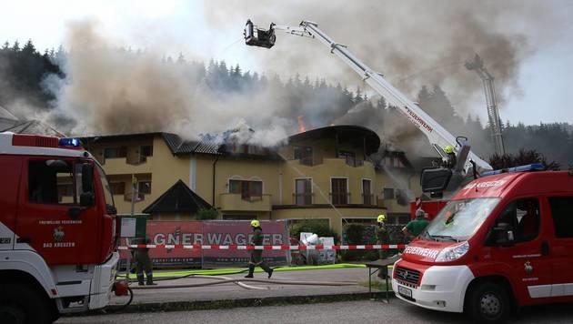 Großbrand in oberösterreichischem Wellnesshotel (Bild: FOTOKERSCHI.AT/HANNES DRAXLER)