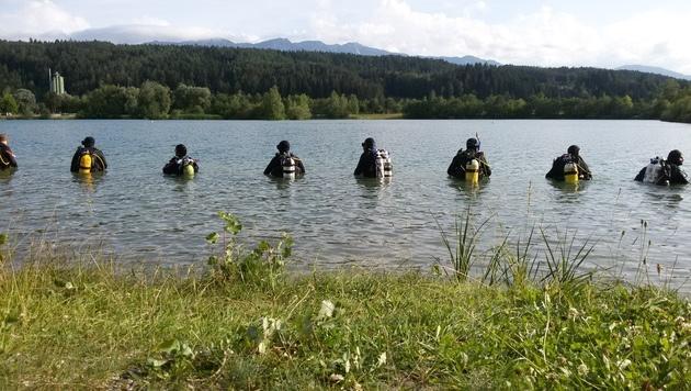 Taucher suchen im Silbersee nach dem Vermissten. (Bild: HFW Villach/KK)