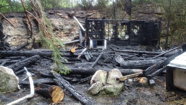 Sohn des Besitzers legte Feuer in Jagdhütte (Bild: Einsatzdoku - Lechner)