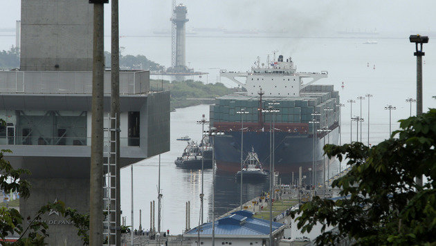 """Cosco Shipping Panama"" bei der Einfahrt in den Kanal (Bild: Associated Press)"
