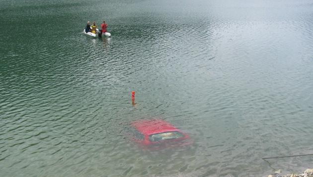Handbremse nicht angezogen: Auto rollte in Stausee (Bild: APA/FF-KRIMML/ANDREAS RAINSBERGER)