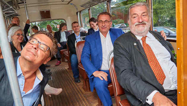 Eine Busfahrt, die ist lustig: Dangl, Tötschinger und sein Bruder Reinhard genossen Ausblick. (Bild: Starpix/Alexander TUMA)