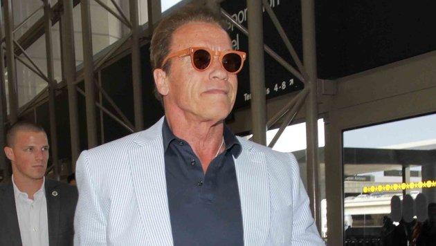 Arnold Schwarzenegger mit oranger Sonnenbrille vor dem Abflug von Los Angeles. (Bild: www.PPS.at)
