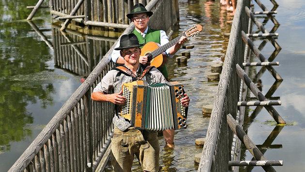 Wassertreten auf dem Bründlweg - wenn die Gelegenheit passt, wird hier auch gerne musiziert. (Bild: Peter Tomschi)