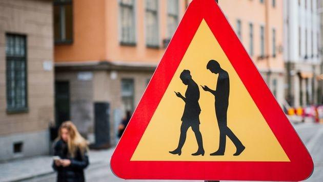 Mit diesem Schild mahnt Stockholm Fußgänger zum sicheren Umgang mit dem Smartphone. (Bild: AFP)