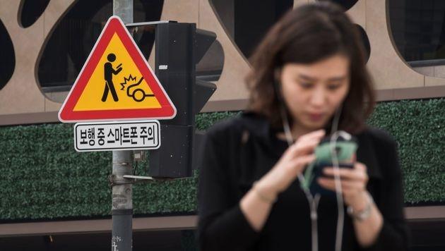 Südkorea testet Warnschilder für Smartphone-Nutzer (Bild: AFP)