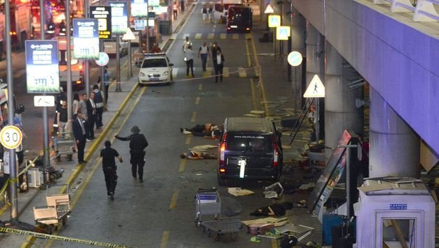 28 Tote bei Explosionen auf Airport in Istanbul (Bild: APA/AFP/Ilhas News Agency)