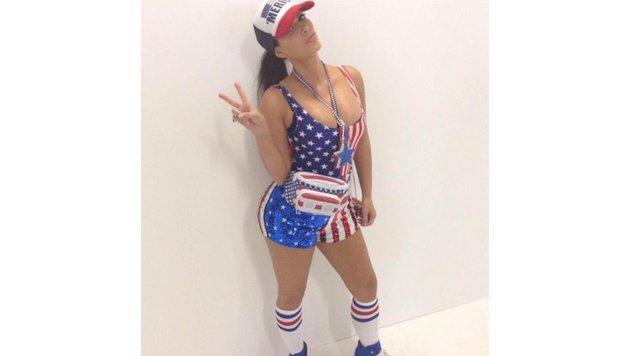 Kim Kardashians Independence-Day-Style gehört wahrscheinlich nicht zu dem geschmackvollsten Outfits. (Bild: Viennareport)