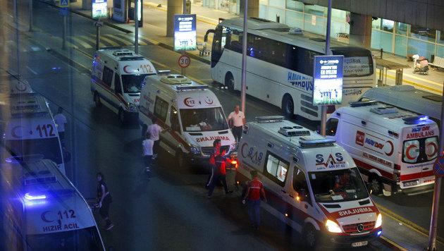 Vor dem Flughafen fuhren zahlreiche Krankenwagen auf. (Bild: Associated Press)
