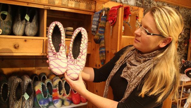 Socken und Patschen: Daniela im Verkaufsraum in Mörtschach. (Bild: Uta Rojsek-Wiedergut)