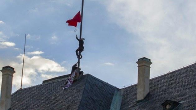 Aktivisten hissten eine Unterhose auf der Prager Burg. (Bild: AFP)