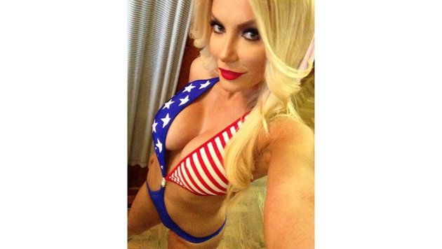 Crystal Hefner wünscht im sexy US-Flaggen-Monokini: ''Happy 4th of July' aus der Playboy Mansion!' (Bild: Viennareport)