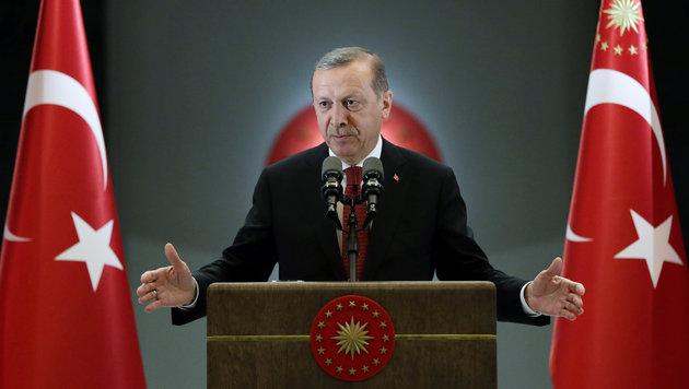 Erdogan hat sich wohl oder übel mit seinem ungeliebten Nachbarn Assad abgefunden. (Bild: ASSOCIATED PRESS)