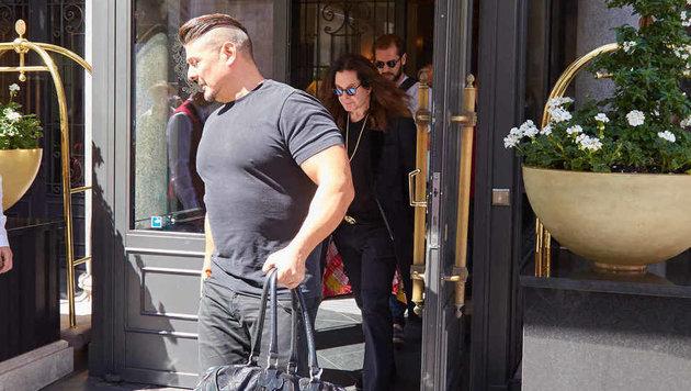 Ozzy Osbourne verlässt dieser Tage mit muskulösem Sicherheitsmann das Sacher. (Bild: Starpix/ Alexander TUMA / SPY)
