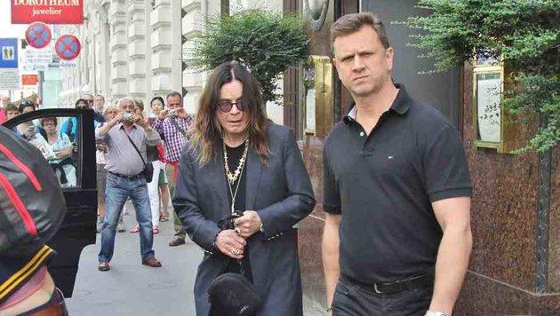 Ozzy Osbourne mit Bodyguard im Jahr 2014 vorm Sacher (Bild: Starpix/A. Tuma/SPY)