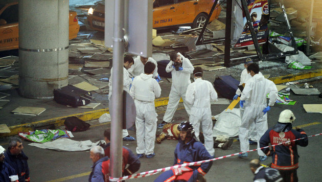 Forensiker sicherten am Schauplatz des Anschlages Spuren. (Bild: Associated Press)