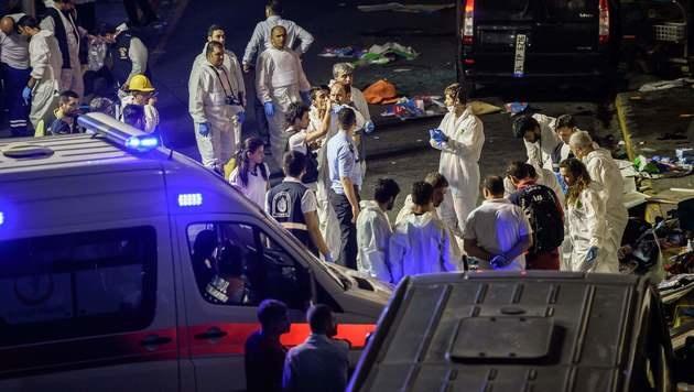 Ermittler am Atatürk-Airport (Bild: APA/AFP/OZAN KOSE)