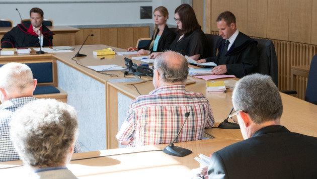 Der Angeklagte (re.) vor Beginn des Prozesses (Bild: APA/FOTOKERSCHI.AT)