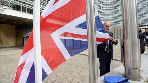 In Brüssel wird die britische Flagge eingeholt. (Bild: APA/AFP/THIERRY CHARLIER)