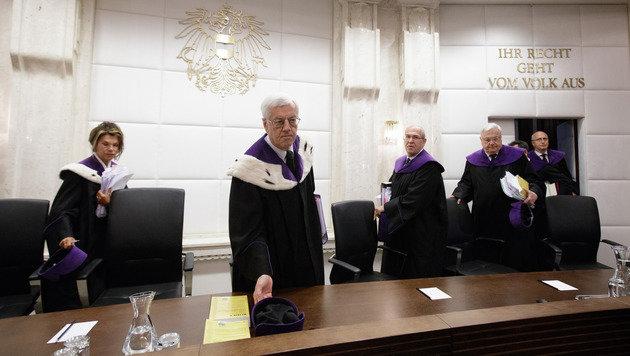 VfGH-Präsident Gerhart Holzinger und seine Richterkollegen (Bild: APA/GEORG HOCHMUTH)