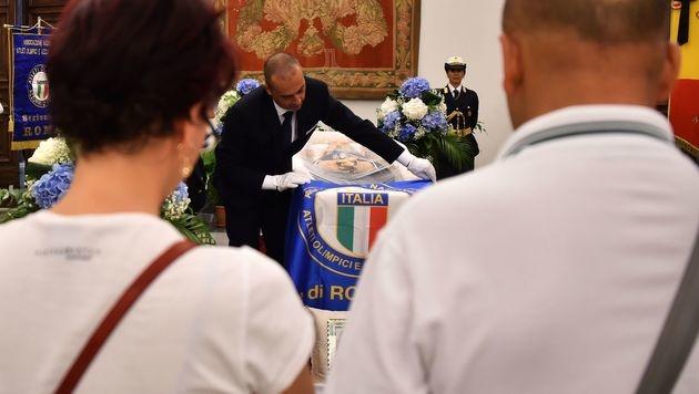 Zahlreiche Menschen nahmen von Bud Spencer Abschied. (Bild: APA/AFP/GABRIEL BOUYS)