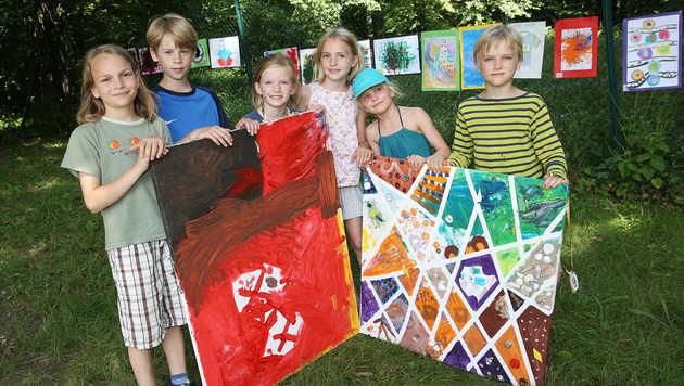 Die Schüler präsentieren ihre Werke. (Bild: Zwefo)