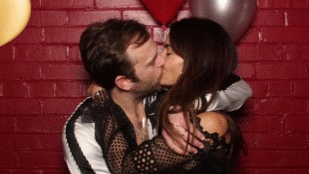 So muss Liebe sein: Leidenschaftlich küsst Caleb Followill seine Lily Aldridge. (Bild: Viennareport)
