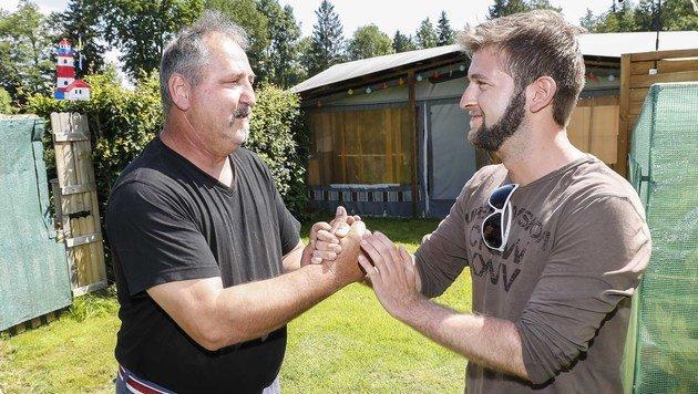 Engelbert J. bedankte sich bei Manuel Haim für seine Rettung. (Bild: MARKUS TSCHEPP)