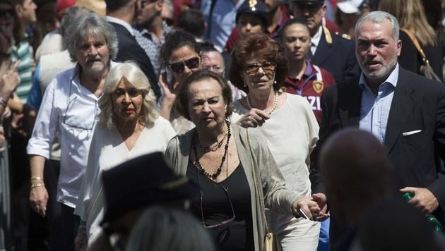 Bud Spencers Witwe Maria (vorne Mitte) begleitete den Trauerzug durch Rom. (Bild: Viennareport)