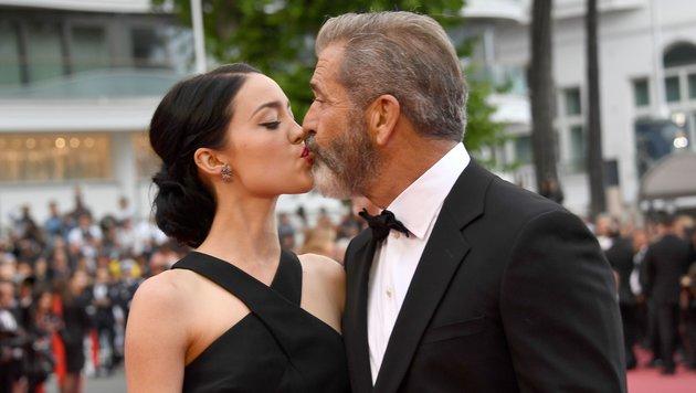 Mel Gibson küsst am roten Teppich in Cannes seine Freundin Rosalind Ross. (Bild: AFP)