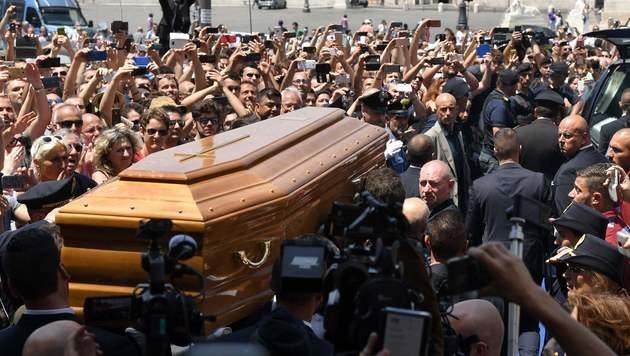 Zahlreihe Fans kamen, um einen Blick auf den Sarg von Bud Spencer zu erhaschen. (Bild: APA/AFP/TIZIANA FABI)