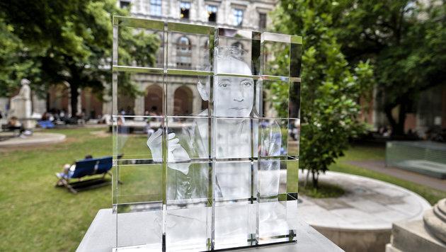 Die Kernphysikerin Lise Meitner wird mit einer modernen Glasskulptur gewürdigt. (Bild: APA/HERBERT NEUBAUER)