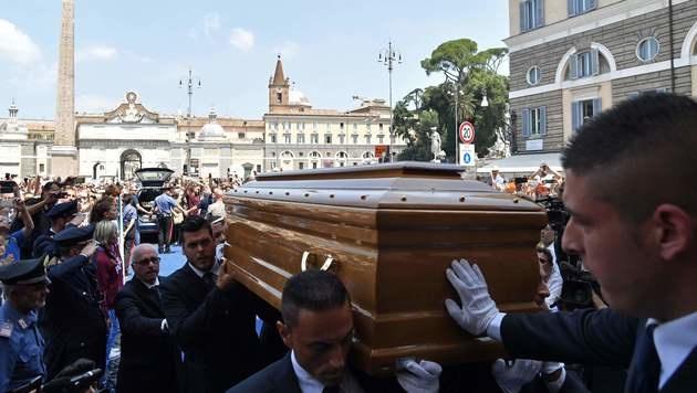 Der Sarg von Bud Spencer wurde vom Kapitol bis zum Piazza del Popolo getragen. (Bild: APA/AFP/TIZIANA FABI)