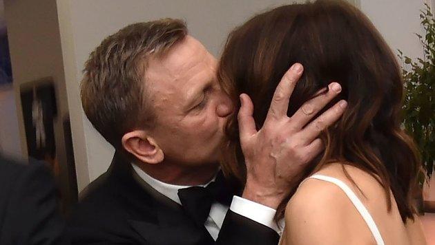 Daniel Craig küsst seine Ehefrau Rachel Weisz. (Bild: Viennareport)