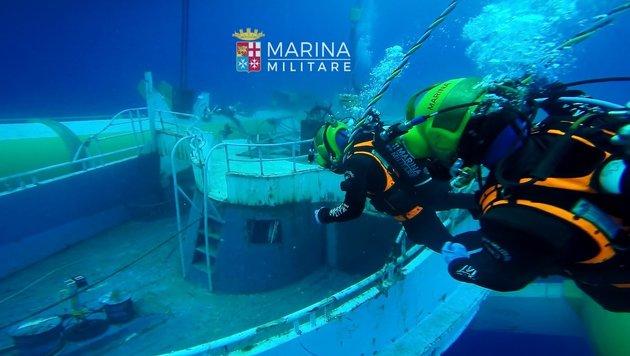 Flüchtlingsschiff mit 300 Leichen geborgen (Bild: APA/AFP/Marina Militare)