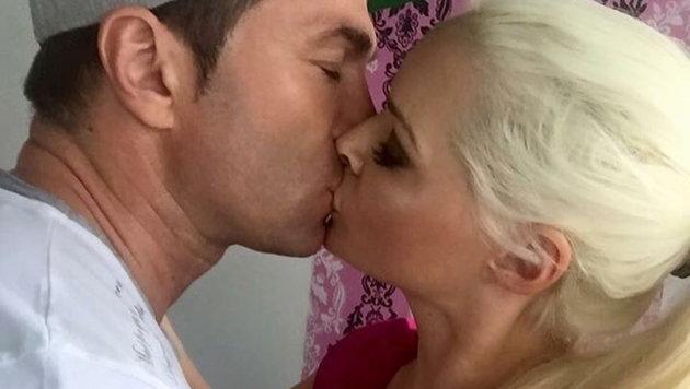 """Daniela Katzenberger küsst Lucas Cordalis: """"Ich liebe meinen Ehemann."""" (Bild: Viennareport)"""