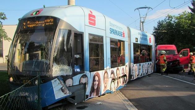 Die halbe Bim-Garnitur sprang bei dem Unfall aus den Schienen. (Bild: APA/BF GRAZ)