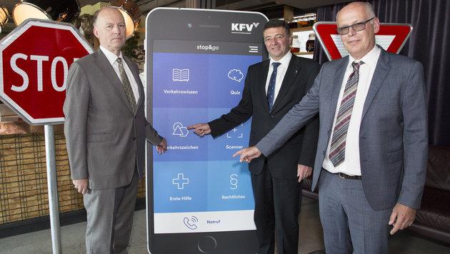 KFV-Vorsitzender Othmar Thann, Infrastrukturminister Jörg Leichtfried und KFV-Beirat Peter Felber (Bild: KFV/APA-Fotoservice/Juhasz)