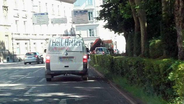 """VW-Kleinbus mit """"Heil Hitler""""-Plakat unterwegs (Bild: privat)"""
