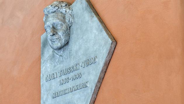 Die Mathematikerin Olga Taussky-Todd wird mit diesem Denkmal geehrt. (Bild: APA/HERBERT NEUBAUER)
