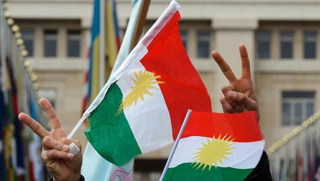 Kurdische Flaggen während einer Kundgebung (Bild: APA/AFP/Fabrice Coffrini (Symbolbild))