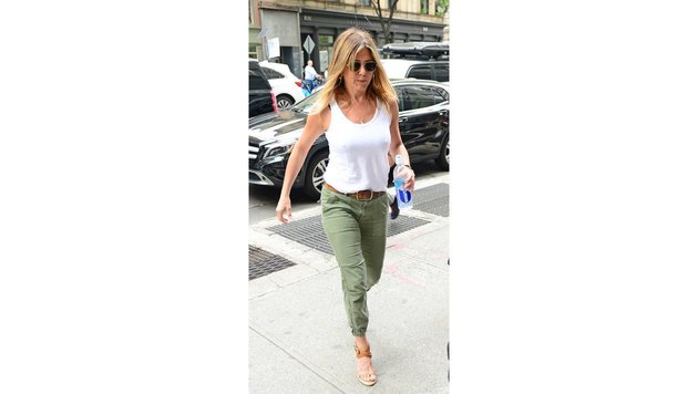 Jennifer Aniston Ende Juni in New York auf dem Weg zu einem Meeting (Bild: Viennareport)