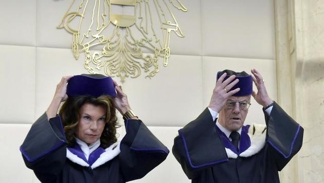 VfGH-Vizepräsidentin Brigitte Bierlein und -Präsident Gerhart Holzinger bei der Urteilsverkündung (Bild: APA/HANS PUNZ)