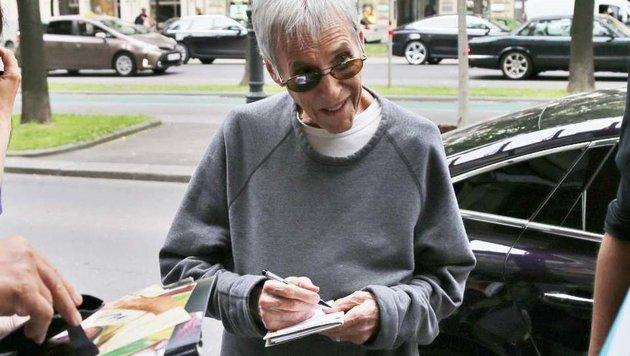Burt Bacharach schreibt Autogramm in Wien (Bild: Starpix / A. Tuma / SPY)