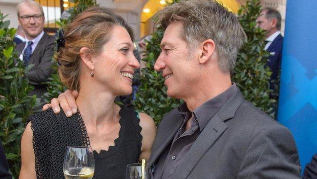 Wie frisch verliebt: Moretti und seine Julia (Bild: ViennaPress / Andreas TISCHLER)