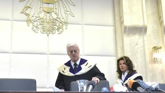 VfGH-Präsident Gerhart Holzinger und -Vizepräsidentin Brigitte Bierlein kurz vor Urteilsverkündung (Bild: APA/HANS PUNZ)