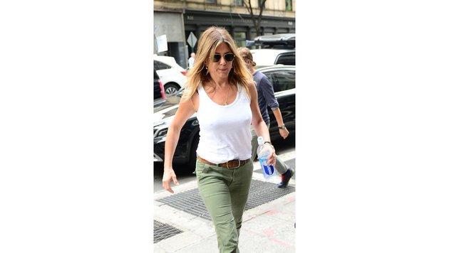 Dass ihre Nippel durchblitzen, lässt Jennifer Aniston kalt. (Bild: Viennareport)