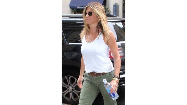Jennifer Aniston trägt weißes Tanktop zu grünen Jeans. (Bild: Viennareport)