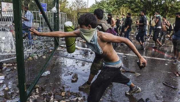 Ausschreitungen an der serbisch-ungarischen Grenze im September des Vorjahres (Bild: AFP)