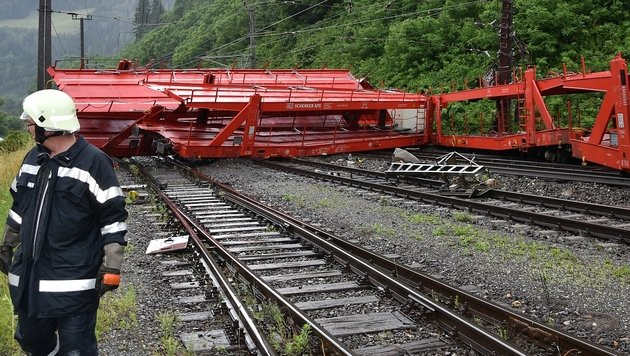 Dieser leere Güterzug entgleiste auf der Südbahnstrecke. (Bild: APA/BFVMZ/PUSTERHOFER)